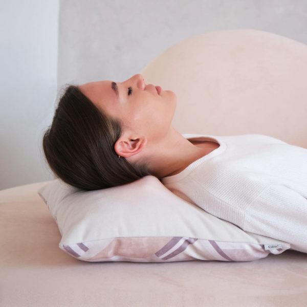 Беспроводная массажная интерьерная подушка GESS Decora - рубиновая